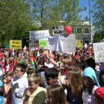 Streikende Lehrkräfte und SchülerInnen