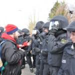 Björn Thoroe beim Gesprächsversuch mit der Polizei